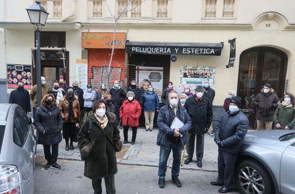 Vecinos de la los inmuebles de la Fundación Molina Padilla, en el barrio de Salamanca de Madrid.