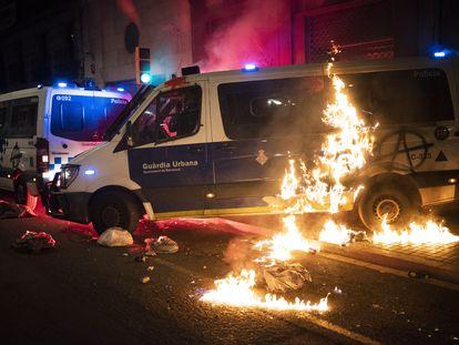 Una furgoneta de la Guardia Urbana de Barcelona arde en Barcelona, con un agente dentro, en los disturbios de apoyo a Pablo Hasél.