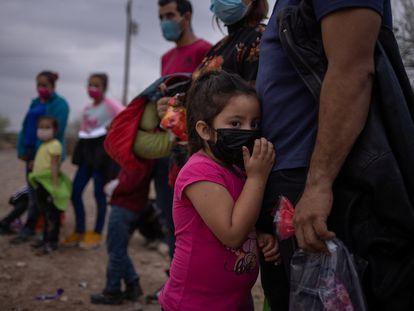 Una niña hondureña espera junto a otros migrantes para ser transportados en Texas, luego de cruzar el Río Grande ilegalmente, el pasado 14 de marzo.
