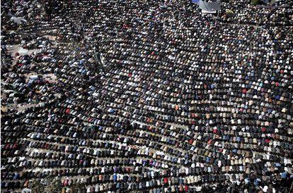 Cientos de miles de personas se han concentrado hoy en el centro de El Cairo para rezar juntos y manifestarse, una vez más, contra Mubarak