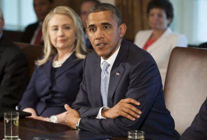 El presidente de EE.UU., Barack Obama (d), con la secretaria de Estado, Hillary Clinton, durante una reunión de su gabinete en la Casa Blanca, el  26 de julio.