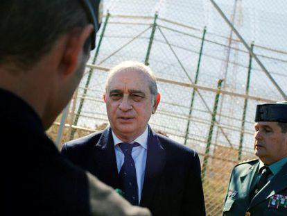 El ministro recorre el perímetro fronterizo de Melilla.