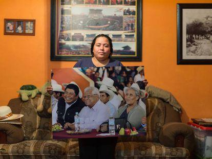 Beatriz González muestra una foto de su marido durante un acto político