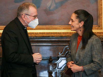El cardenal Pietro Parolin habla con la jefa de Gobierno de Ciudad de México, Claudia Sheinbaum, este lunes.