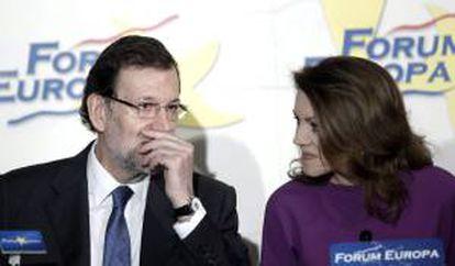 La secretaria general del PP y presidenta de Castilla-La Mancha, María Dolores de Cospedal, conversa con el jefe del Ejecutivo, Maria Rajoy. EFE/Archivo