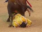 Emilio de Justo, debajo del toro, en la primera de las dos volteretas que sufrió.