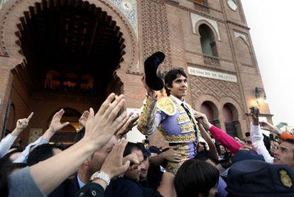 Sebastián Castella sale a hombros el año pasado en la Feria de San Isidro.