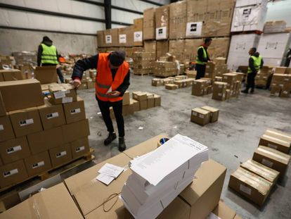 Operarios durante los trabajos de distribución de las papeletas y urnas de las elecciones generales del 28 de abril.