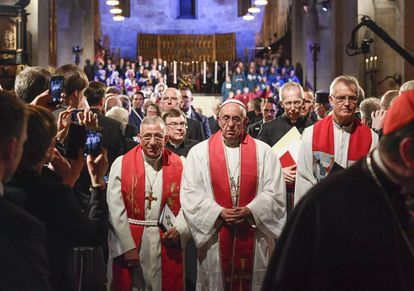 El papa Francisco (c), con el presidente de la Federación Luterana Mundial (LWF) en una misa ecuménica en la Catedral de Lund (Suecia).