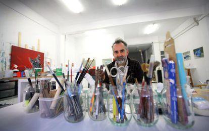 Joël Mestre té l'estudi en una planta baixa de la singular finca Roja de València.