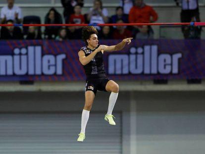 El atleta Armand Duplantis supera los 6,18 metros y bate el récord del mundo de salto con pértiga.