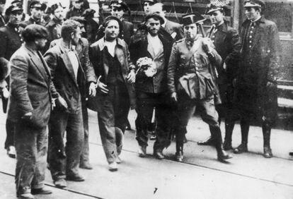 Trabajadores detenidos por la Guardia Civil y Guardia de Asalto durante la Revolución Asturiana, 1934.