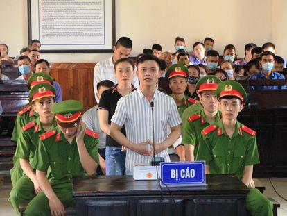 Un acusado declara ante el tribunal de Ha Tinh, Vietnam, este lunes