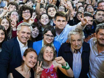El candidato argentino Alberto Fernández en un acto con el expresidente uruguayo José Mujica.