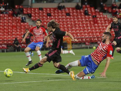 Modric marca el primer gol del partido ante el Granada este jueves en Los Cármenes.