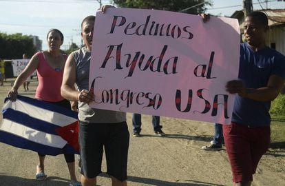 Migrantes cubanos se manifiestan en Antioquía (Colombia) para que las autoridades les permitan cruzar la frontera y seguir su camino hacia EEUU, el 5 de agosto.