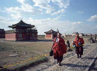 Dos monjes caminan por el interior del monasterio Erdenezuu, junto a la desaparecida ciudad de Karakorum.