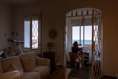 Marta, enológa y autónoma, atiende por internet a sus clientes desde su casa el pasado mes de diciembre.