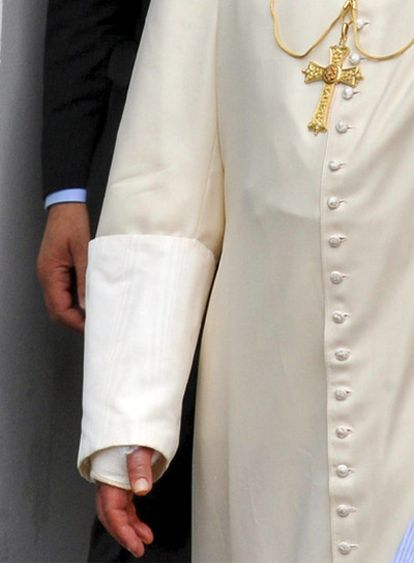 La muñeca derecha del Papa Benedicto XVI tras ser operada.