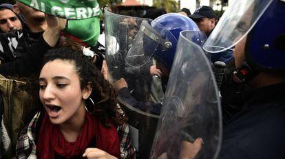 Protesta de los estudiantes argelinos contra el presidente Abdelaziz Buteflika, en Argel.