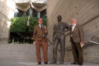 Antonio Miró, a la izquierda, y Fernando Higueras en la <i>Corona de espinas</i> de la Ciudad Universitaria de Madrid, en 2000.