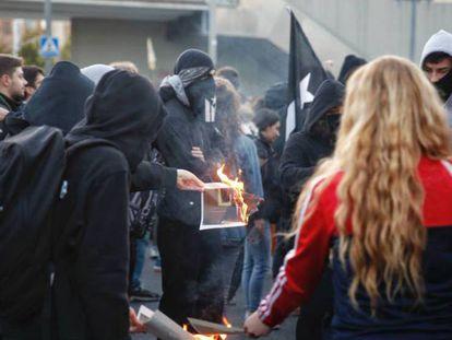 Los CDR queman fotos del Rey a su llegada al Mobile World Congress.