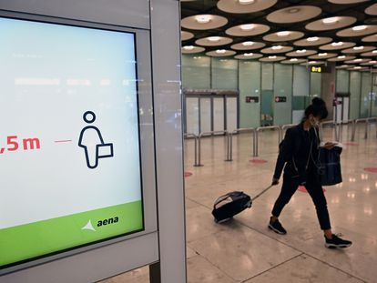 Una turista camina por el aeropuerto de Madrid-Barajas.
