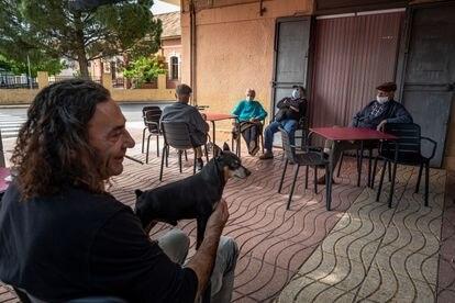 Vecinos de Benifairó de la Valldigna disfrutan en una terraza de la localidad.