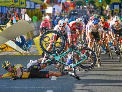 Groenewegen, de amarillo, en el suelo, tras provocar la caída en el final de etapa del miércoles en la Vuelta a Polonia.