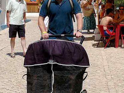 Gerry McCann paseaba ayer con sus hijos gemelos por Aldeia da Luz.