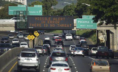 Cartel en una autopista de Honolulú en 2018 anunciando que la alerta de un ataque fue un error.