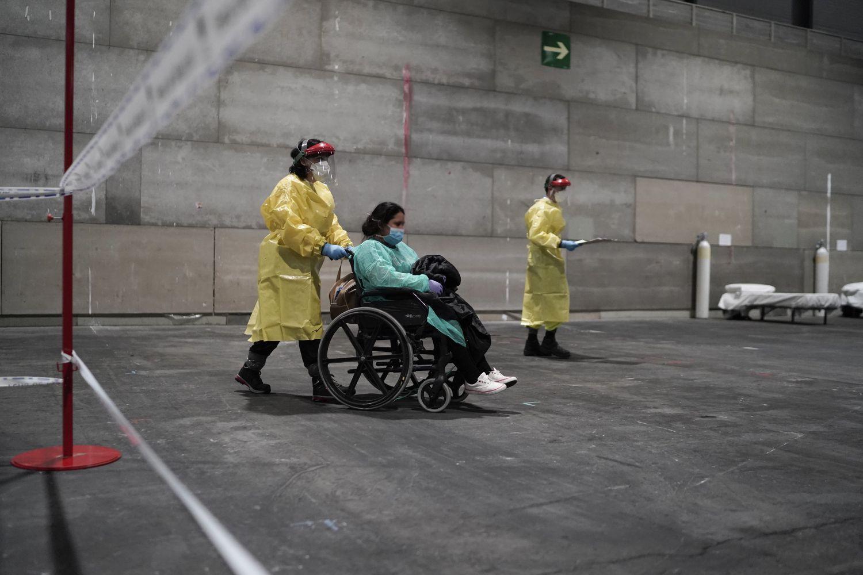 Llegada de una paciente al hospital abierto, en uno de los pabellones de Ifema, en Madrid.