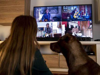 Una mujer mira por televisión un concierto virtual de The Rolling Stones en agosto de 2020.