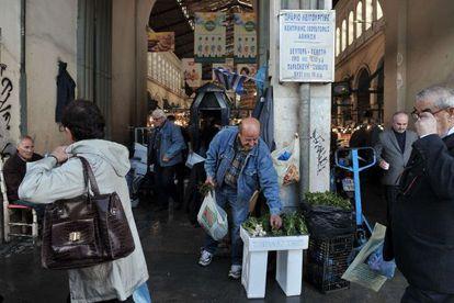 Un vendedor de verduras, en el mercado central de Atenas.