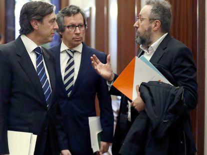 El portavoz del PP, Rafael Hernando, conversa con su homólogo de Ciudadanos, Juan Carlos Girauta.