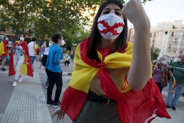 Una manifestante, en una concentración en contra del Gobierno en el barrio de Chamberí, en Madrid.
