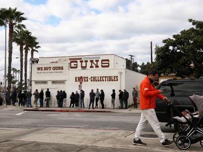 Personas hacen fila afuera de una armería de Culver City, California, en 2020, año que registró un repunte en la venta de armas.