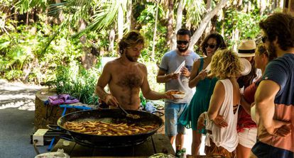 Un grupo de estudiantes españoles en una barbacoa en Byron Bay.