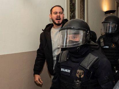 Pablo Hasél, rodeado de policías en uno de los pasillos de la Universidad de Lleida.