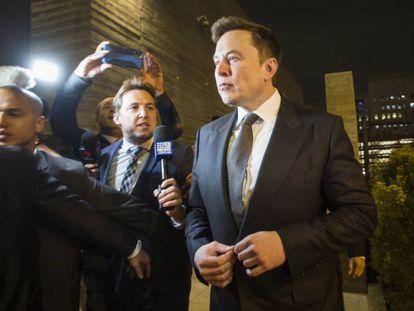 Elon Musk sale de los juzgados federales de Los Ángeles, el martes por la noche.
