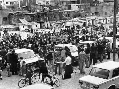 Manifestación vecinal en el barrio de Prosperitat en demanda de viviendas para los barraquistas del barrio.