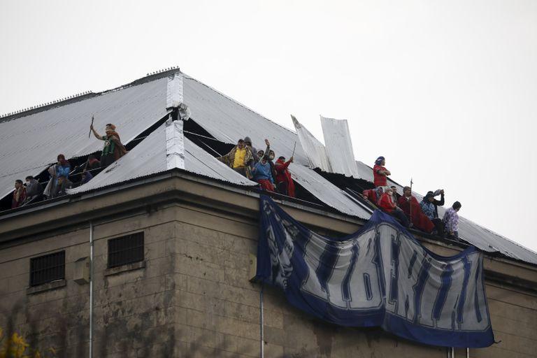 Presos amotinados en la cárcel federal de Devoto exigen que se aceleren las excarcelaciones por la pandemia, el 24 de abril pasado.