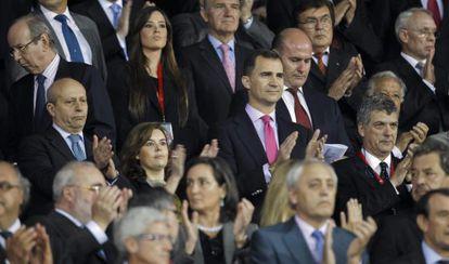 El príncipe Felipe aplaude el himno.