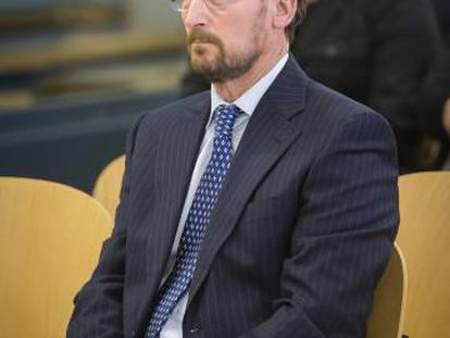 Marcial Dorado, sentado en el banquillo de los acusados en uno de sus juicios.