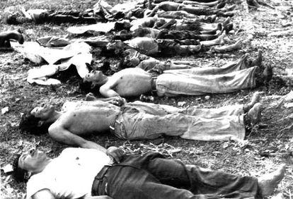 Cuerpos de campesinos asesinados en Salacuin, al norte de Guatenala, en 1982.