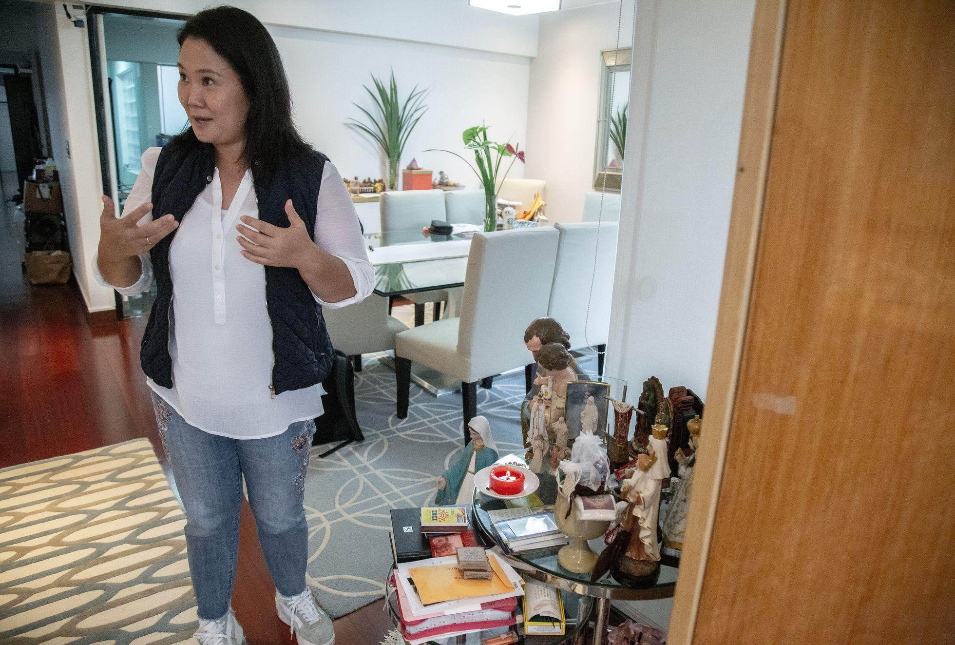 Fujimori, frente al altar que tiene en su apartamento de Lima, este viernes