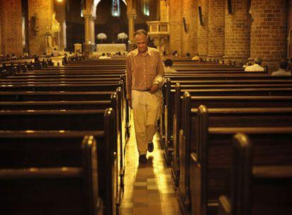Fernando Vallejo, fotografiado en la catedral de Medellín, uno de los escenarios de su nuevo libro, <i>El don de la vida.</i>