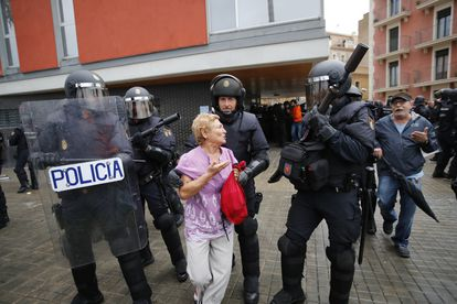 Carga de la policía en la escuela Mediterranea el 1 de octubre.