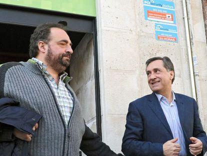 Agirre (a la derecha), es saludado por el exconsejero de Agricultura Gonzalo Sánez de Samaniego, ayer en Vitoria.