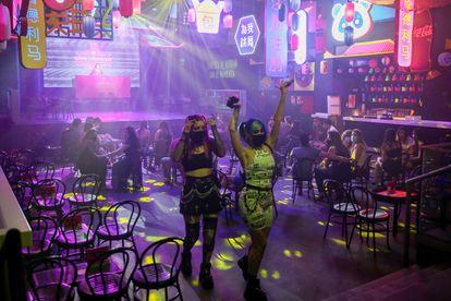 Dos jóvenes de fiesta en la discoteca 'Uñas Chun Lee' de Madrid.
